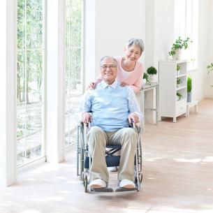 車椅子に座る男性と付き添う女性の写真素材 [FYI01904263]