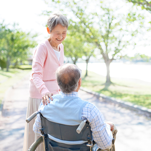 車椅子に座る男性と付き添う女性の写真素材 [FYI01904296]