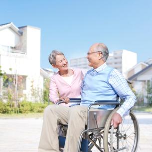 車椅子に座る男性と付き添う女性の写真素材 [FYI01904438]