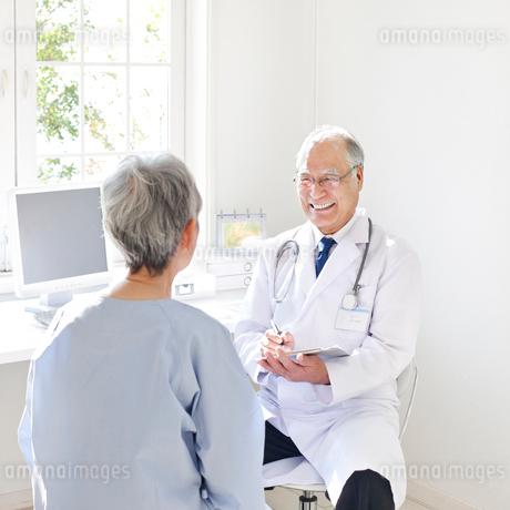 患者を診察する医者の写真素材 [FYI01904824]