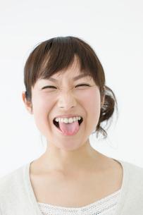 舌を出す女性の写真素材 [FYI01904857]