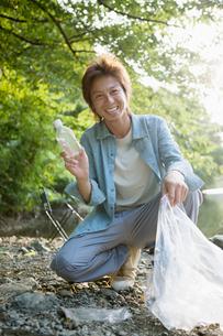 ゴミを集める男性の写真素材 [FYI01904858]