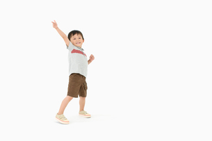 ポーズをとる男の子の写真素材 [FYI01904883]