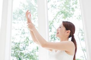 腕をマッサージする女性の写真素材 [FYI01905030]