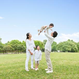 公園に立つ日本人家族の写真素材 [FYI01905383]