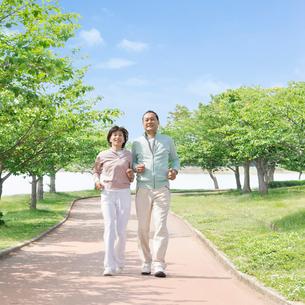 ウォーキングをする中高年夫婦の写真素材 [FYI01905488]