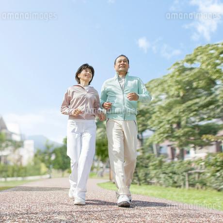 ウォーキングをする中高年夫婦の写真素材 [FYI01905511]