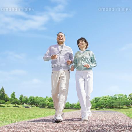 ウォーキングをする中高年夫婦の写真素材 [FYI01905533]
