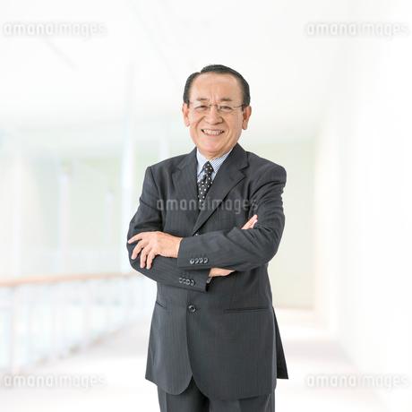 スーツ姿のビジネスマンの写真素材 [FYI01905560]