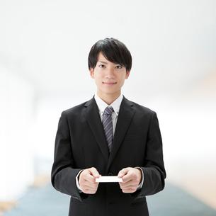 名刺を持つビジネスマンの写真素材 [FYI01905828]