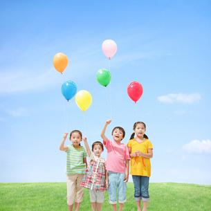 風船を持って立つ子供達の写真素材 [FYI01905854]