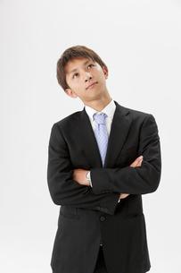 首をかしげるビジネスマンの写真素材 [FYI01906195]