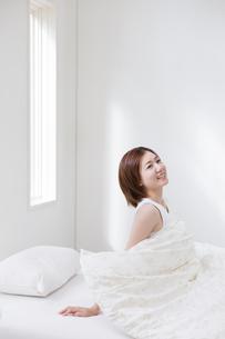 起き上がる女性の写真素材 [FYI01906328]