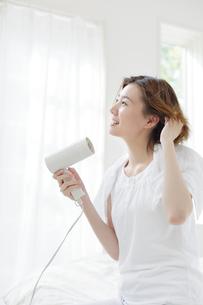 髪を乾かす女性の写真素材 [FYI01906601]