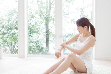 腕をマッサージする女性の写真素材 [FYI01906632]