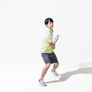 テニスをする男性の写真素材 [FYI01906691]