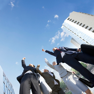 ガッツポーズをしてジャンプをする男女の写真素材 [FYI01906704]