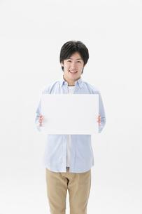 ホワイトボードを持つ男性の写真素材 [FYI01906774]