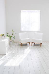 リビングルームに置かれた椅子の写真素材 [FYI01906925]