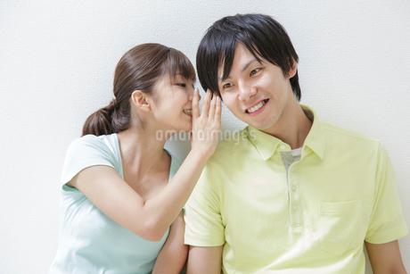 耳打ちをする日本人のカップルの写真素材 [FYI01906978]