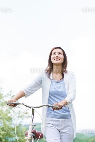 自転車を押す中高年女性の写真素材 [FYI01907086]
