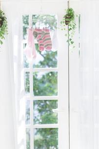 窓辺に干された洗濯物の写真素材 [FYI01907129]