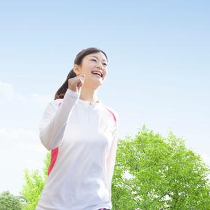 ウォーキングをする日本人女性の写真素材 [FYI01907201]