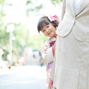 母親に寄り添う着物姿の娘の写真素材 [FYI01907249]