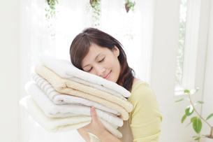 タオルに頬をつける女性の写真素材 [FYI01907251]