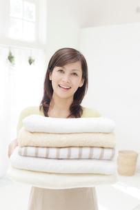 タオルを持つ女性の写真素材 [FYI01907296]