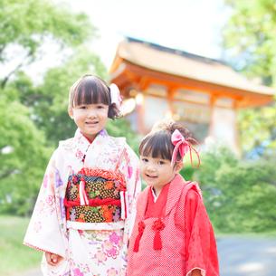 着物姿の姉妹の写真素材 [FYI01907417]
