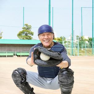 野球のキャッチャーをするシニア男性の写真素材 [FYI01907423]