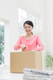 梱包作業をする女性の写真素材 [FYI01907437]