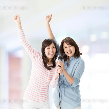 歌を歌う2人の中高年女性の写真素材 [FYI01907501]