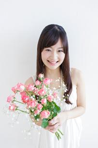 花束を持つ女性の写真素材 [FYI01907513]