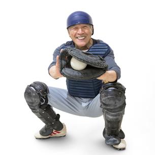 野球のキャッチャーをするシニア男性の写真素材 [FYI01907529]