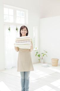 タオルを持つ女性の写真素材 [FYI01907585]