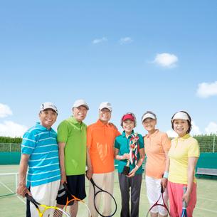 テニスラケットを持つシニア男女達とトロフィーを持つ女性の写真素材 [FYI01907603]