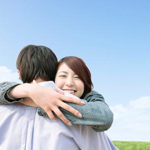 抱きつくカップルの写真素材 [FYI01907694]