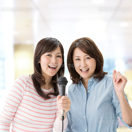 歌を歌う2人の中高年女性の写真素材 [FYI01907706]
