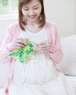 編み物をする妊婦の写真素材 [FYI01907707]
