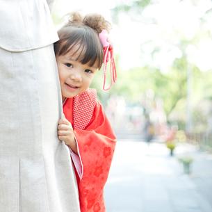 母親に寄り添う着物姿の娘の写真素材 [FYI01907736]