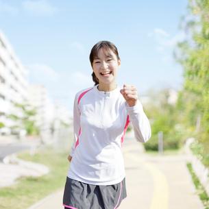 ウォーキングをする日本人女性の写真素材 [FYI01907757]