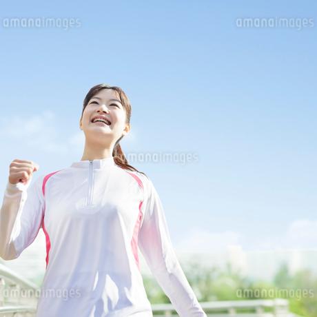 ウォーキングをする日本人女性の写真素材 [FYI01907787]