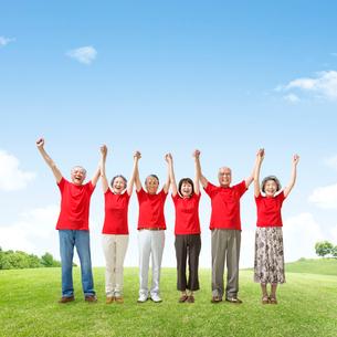 赤色のTシャツを着たシニア男女達の写真素材 [FYI01907955]