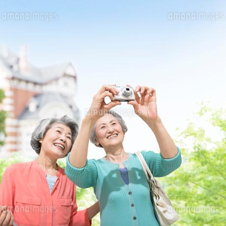デジタルカメラを持つシニア女性の写真素材 [FYI01908011]