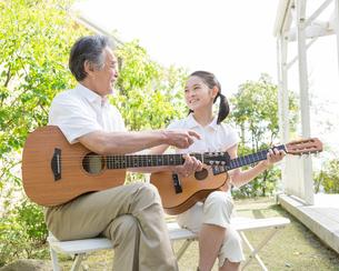 ギターを弾く祖父と孫の写真素材 [FYI01908112]