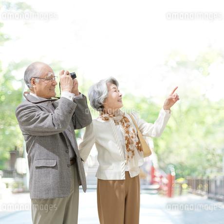 写真を撮る日本人シニア夫婦の写真素材 [FYI01908140]