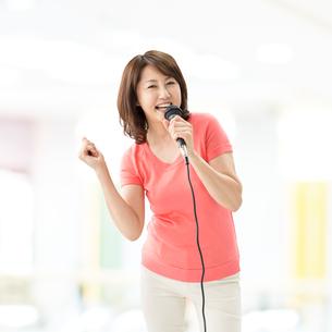 歌を歌う中高年女性の写真素材 [FYI01908142]