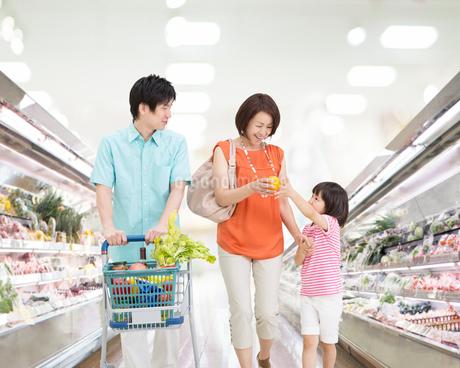 買い物する日本人親子の写真素材 [FYI01908266]